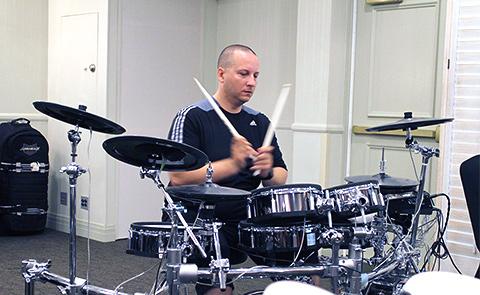 Big Drum Bonanza 2015 - Gergo Borlai tæsker os igennem over en times uafbrudte øvelser. I baggrunden kører et klik, som Gergo med jævne mellemrum speede op.