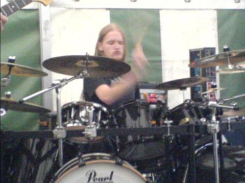 Behind_the_drums.JPG